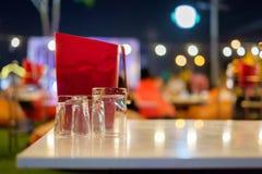 Verre et seau à glace sur la table Image stock