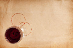 Verre et taches de vin rouge Photo stock
