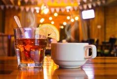 Verre et tasse de thé photographie stock libre de droits
