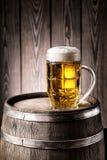 Verre facetté de bière blonde avec une mousse épaisse image libre de droits