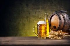 Verre facetté de bière, de bouteille et de baril photos stock