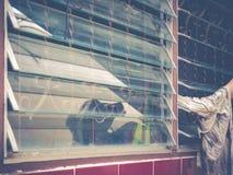 Verre femelle d'abat-jour de fenêtre de nettoyage de main Photos libres de droits