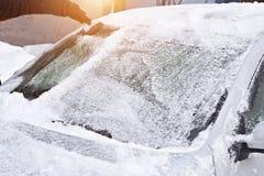 Verre frontal de nettoyage de voiture de glace et de neige, grattoir, le soleil, automatique image libre de droits