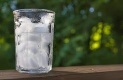 Verre glacé d'été sur la balustrade de plate-forme image stock