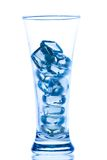 Verre grand élégant avec des baisses de glace et de l'eau Photographie stock