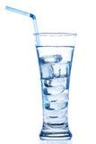 Verre grand élégant avec des baisses de glace et de l'eau Photo stock