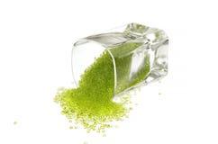 Verre laissé tomber de perles vertes Photo libre de droits