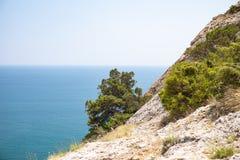 Verre mening van de berg aan het blauwe overzees stock afbeelding