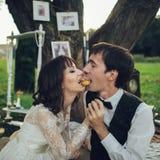 Verre mening van jong Kaukasisch bezet paar op romantische picni royalty-vrije stock foto