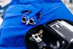 Verre-microscope du chirurgien, agrandissement de lunettes bincoluar photographie stock libre de droits