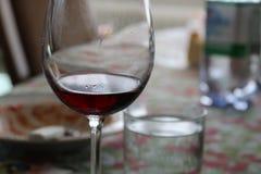 Verre potable de vigne pendant le déjeuner Photographie stock