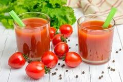 Verre régénérateur de jus de tomates photographie stock libre de droits
