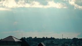 Verre regen in woonwijk stock videobeelden