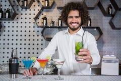 Verre servant de barman de genièvre photos stock