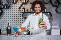 Verre servant de barman de genièvre images stock