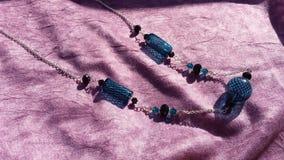 Verre soufflé de main de Teal et collier de swarovski Photo libre de droits