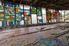 Verre souillé à l'intérieur de bâtiment abandonné et ruiné de port fluvial dans la ville envahie Pripyat de fantôme Photographie stock