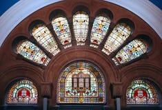 Verre souillé coloré décoratif dans les voûtes dans l'arcade de achat historique de la Reine Victoria Building QVB à Sydney CBD,  photo libre de droits
