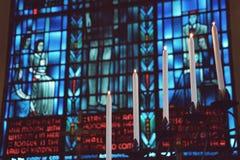 Verre souillé illuminé par des bougies Images stock