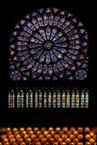 Verre souillé Notre Dame Paris image stock