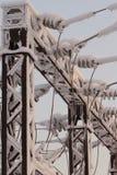 Verre sur la ligne électrique Isolateur des lignes à haute tension électriques Photographie stock libre de droits