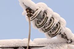 Verre sur la ligne électrique Isolateur des lignes à haute tension électriques Photo stock