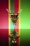 Verre sur un fond de couleurs (rouge, vert, jaune) image libre de droits
