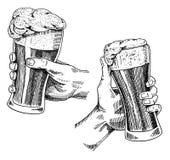 Verre, tasse ou bouteille de bière de oktoberfest gravés en encre tirée par la main dans le vieux style de croquis et de vintage  Image stock