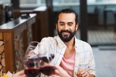 Verre tintant d'homme heureux de vin au restaurant Image libre de droits