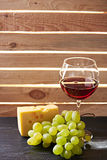 Verre toujours de la vie de vin et de raisins photographie stock