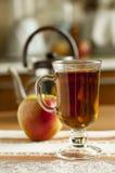 Verre transparent avec le thé sur un fond de théière Images libres de droits