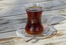 Verre turc traditionnel de thé sur la table en bois Photographie stock