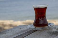 Verre turc traditionnel de thé sur la table en bois Photos stock
