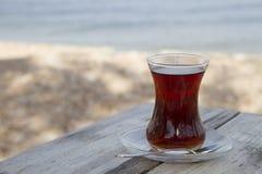 Verre turc traditionnel de thé sur la table en bois avec le Se Images libres de droits