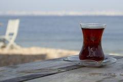 Verre turc traditionnel de thé sur la vieille table en bois Photographie stock libre de droits