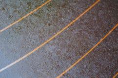Verre, verre teinté, rayures oranges, verre de fenêtre arrière sur la voiture, gouttes de pluie Photographie stock libre de droits