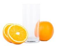 Verre vide d'isolement avec des oranges Images stock