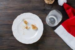 Verre vide de lait et de biscuits avec du chocolat pour Santa Photo stock
