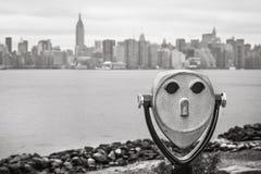 Verrekijkers en de horizon van de Stadsmanhattan van New York Royalty-vrije Stock Foto