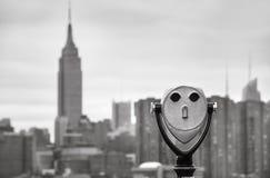 Verrekijkers en de horizon van de Stadsmanhattan van New York Royalty-vrije Stock Fotografie