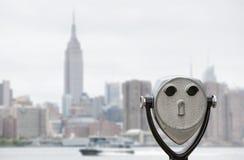 Verrekijkers en de horizon van de Stadsmanhattan van New York Royalty-vrije Stock Foto's