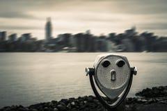 Verrekijkers en de horizon van de Stadsmanhattan van New York Stock Foto