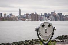Verrekijkers en de horizon van de Stadsmanhattan van New York Stock Afbeeldingen