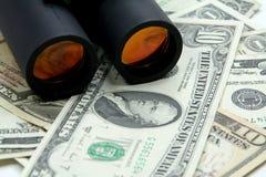 Verrekijkers en geld Stock Afbeeldingen