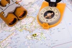 Verrekijkers en kompas Royalty-vrije Stock Afbeeldingen