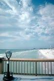 Verrekijkers en promenade op strand Stock Foto