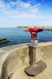 Verrekijkers en vuurtoren van Biarritz tijdens een zonnige dag, Frankrijk Stock Foto's