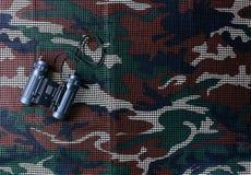 Verrekijkers op camouflage netto achtergrond Royalty-vrije Stock Foto