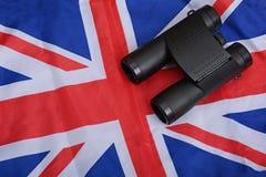 Verrekijkers op de Vlagachtergrond van het Verenigd Koninkrijk stock foto