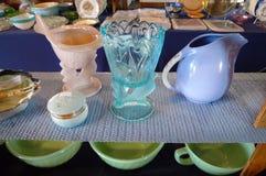 Verrerie antique, verrerie colorée dans le bleu, violette et pêche Images libres de droits